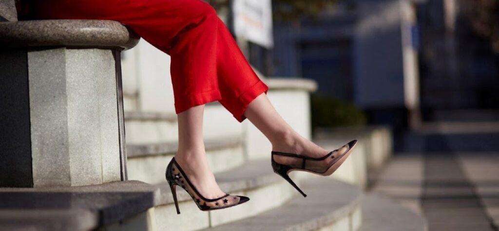 stilizare pantaloni roșii